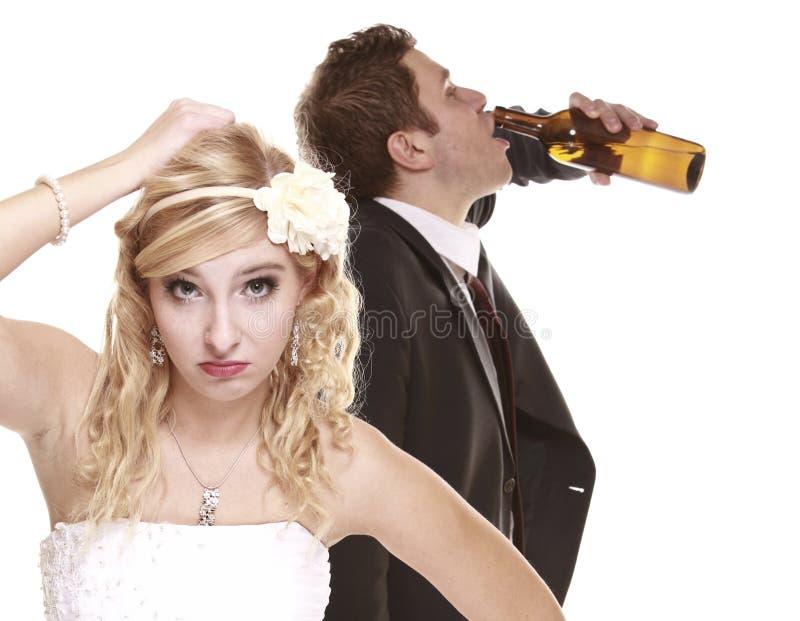 Pares do casamento, noiva infeliz com noivo alcoólico imagens de stock