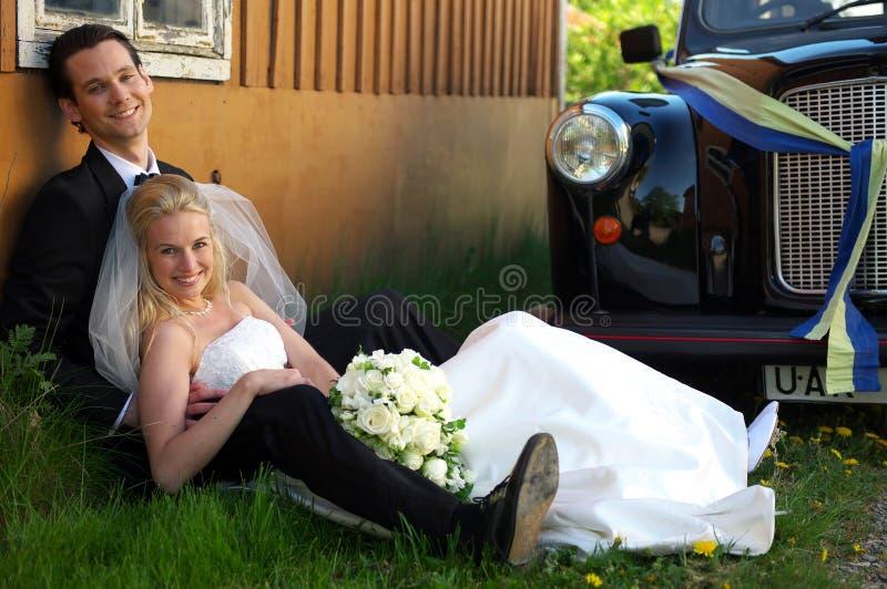 Pares do casamento por Táxi fotos de stock