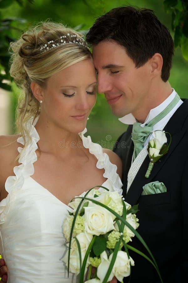 Pares do casamento que fecham seus olhos fotografia de stock royalty free