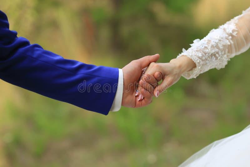 Pares do casamento que guardam ascendente próximo das mãos imagens de stock
