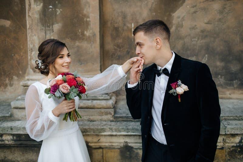 Pares do casamento que levantam na cidade imagem de stock royalty free