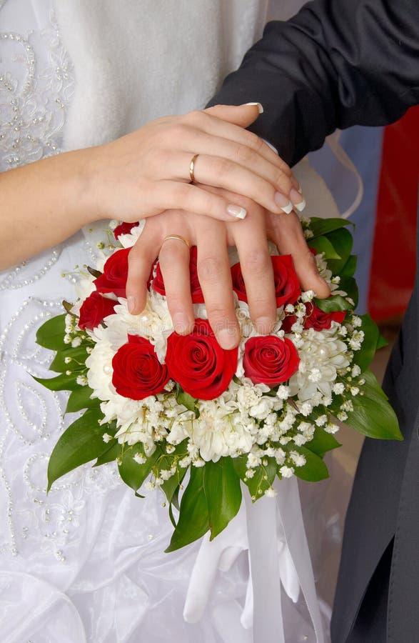 Pares do casamento que mostram anéis fotografia de stock