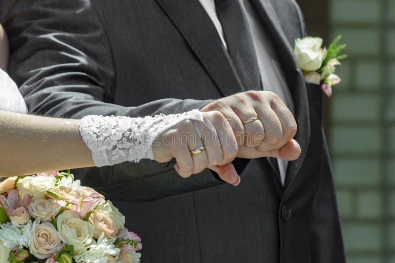 Pares do casamento que mostram anéis fotografia de stock royalty free