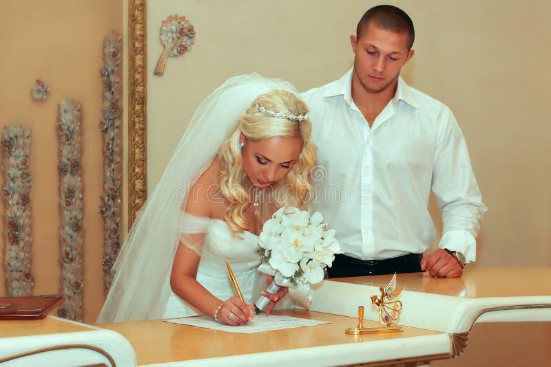 Pares do casamento que saem de suas assinaturas imagens de stock royalty free
