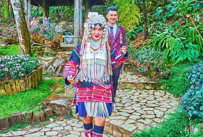 Pares do casamento do tribo do monte de Akha, Mae Fah Luang Arboretum, Doi Chang Moob, Tailândia foto de stock royalty free