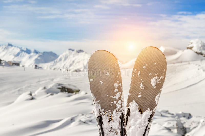 Pares do close-up de esquis no recurso do inverno da montanha com opinião cênico panorâmico do esqui-elevador e da montanha bonit imagem de stock royalty free