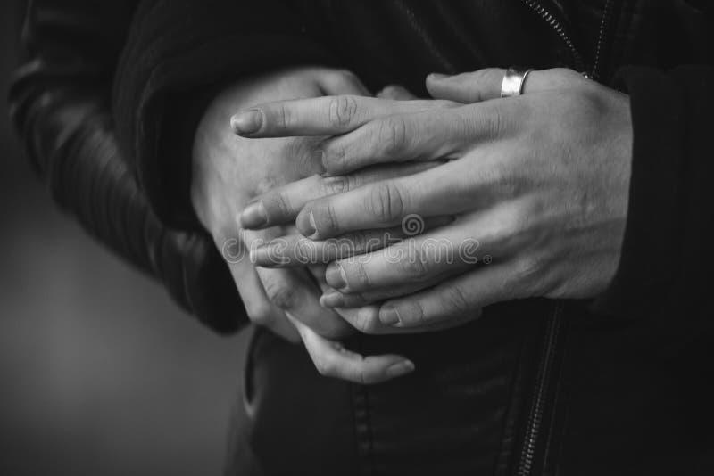 Pares do close-up de guardar amantes das mãos imagens de stock