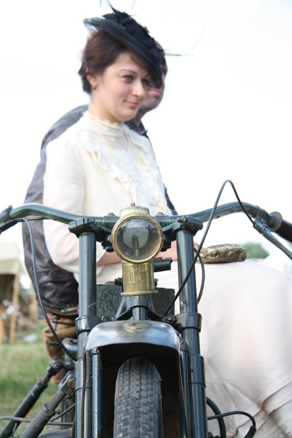 Pares do estilo do vintage na motocicleta fotografia de stock