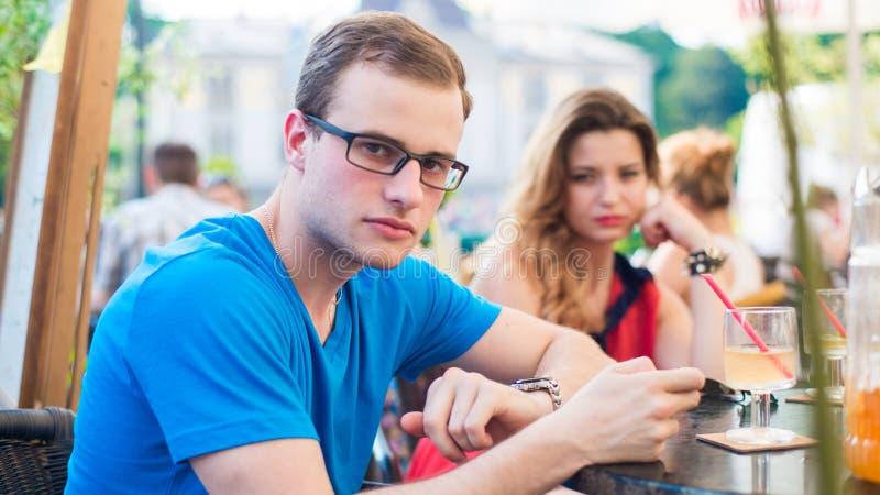 Pares do homem e da mulher da discussão no café. imagem de stock royalty free