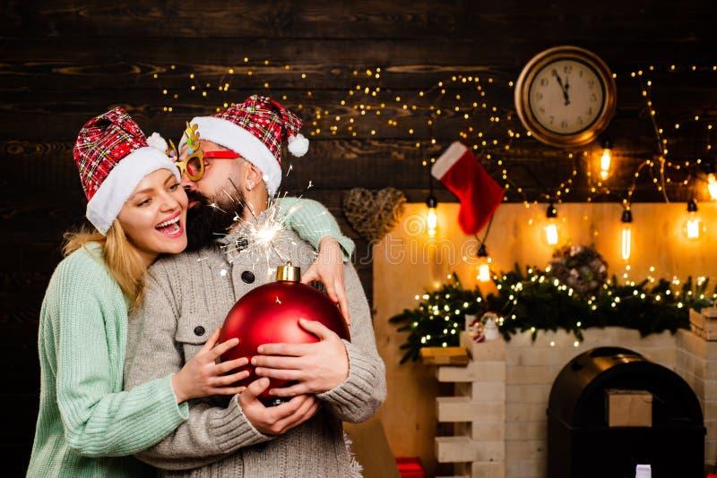 Pares do Natal feliz Ano novo da família feliz Natal do partido Moderno Santa Claus Papai Noel engraçado Cópia do texto da bomba foto de stock