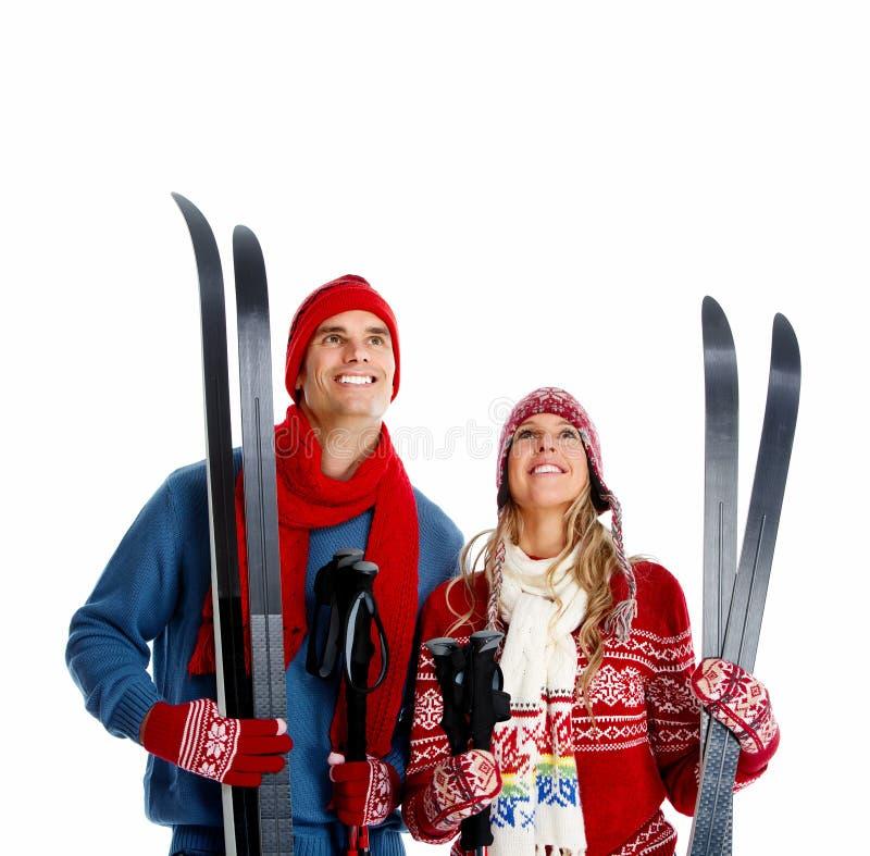 Pares do Natal feliz com esqui. fotos de stock royalty free