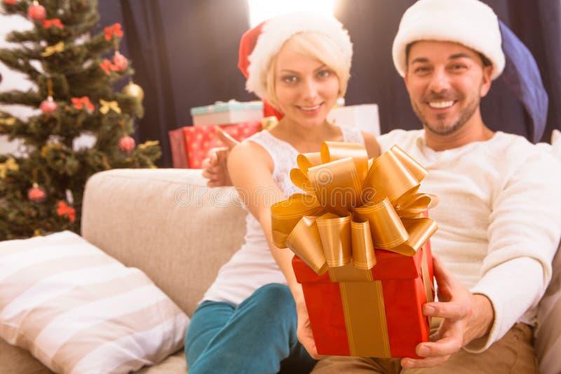 Pares do Natal feliz que comemoram o ano novo fotografia de stock