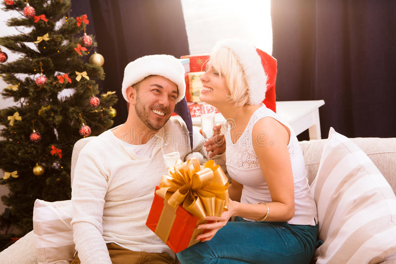 Pares do Natal feliz que comemoram o ano novo imagens de stock