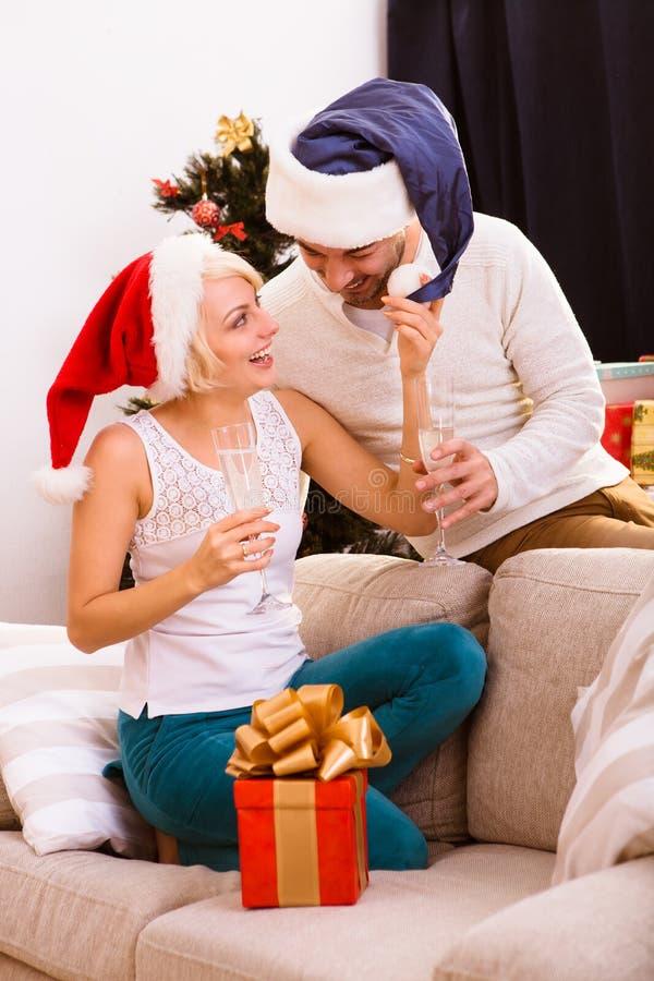 Pares do Natal feliz que comemoram o ano novo foto de stock