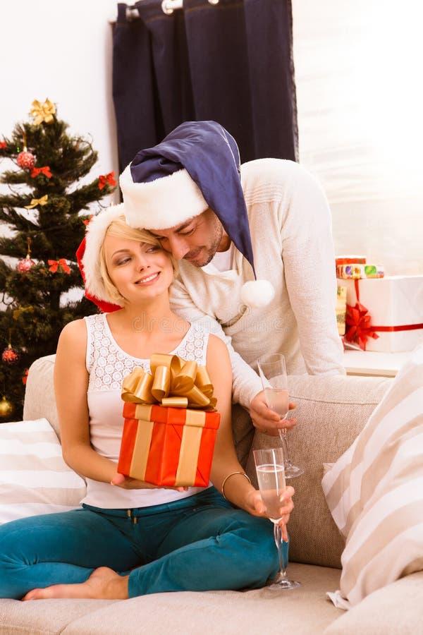 Pares do Natal feliz que comemoram o ano novo imagem de stock