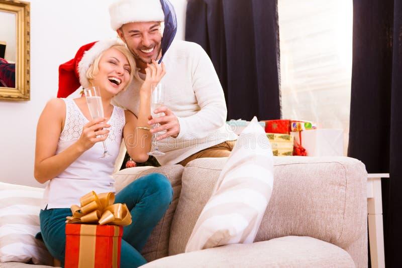 Pares do Natal feliz que comemoram o ano novo fotografia de stock royalty free