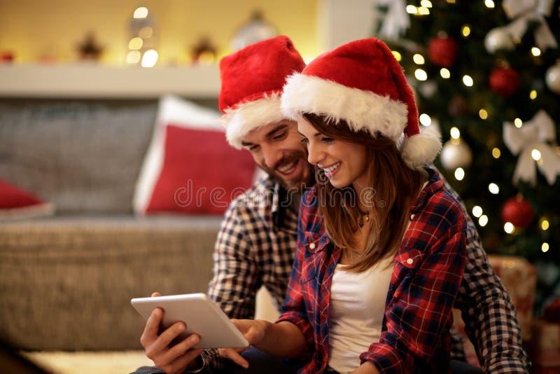 Pares do Natal que comemoram o feriado fotos de stock royalty free