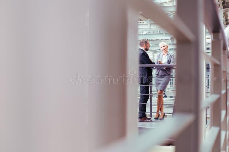 Pares do negócio no prédio de escritórios moderno fotografia de stock