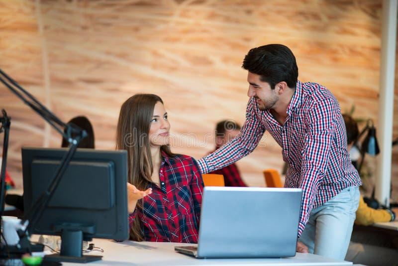 Pares do negócio que trabalham junto no projeto no escritório startup moderno imagem de stock