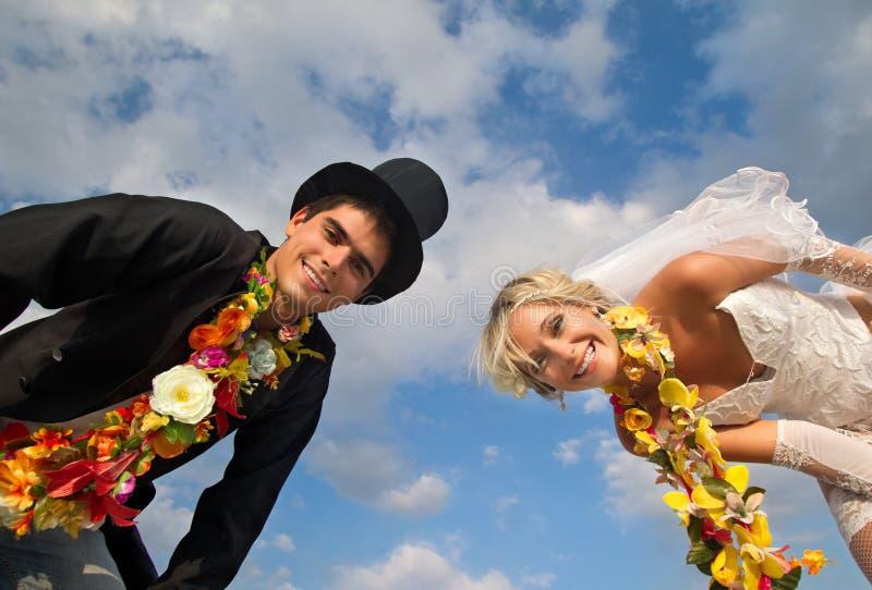 Pares do Newlywed em Hula havaiano imagens de stock