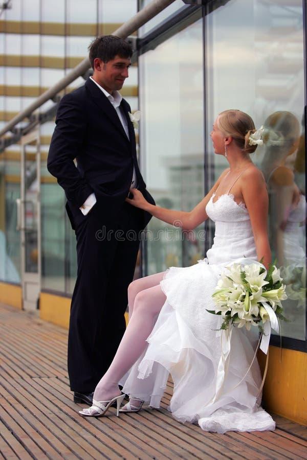 Pares do Newlywed no dia do casamento fotografia de stock royalty free