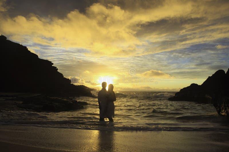 Pares do Newlywed no nascer do sol imagens de stock