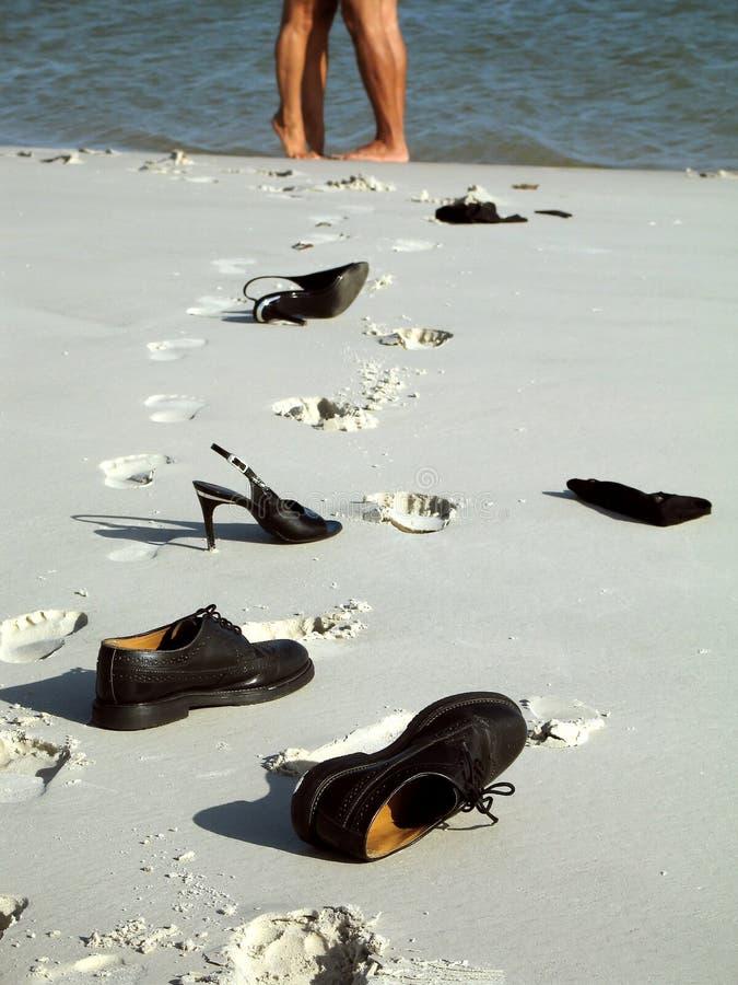 Pares do pé na praia imagens de stock