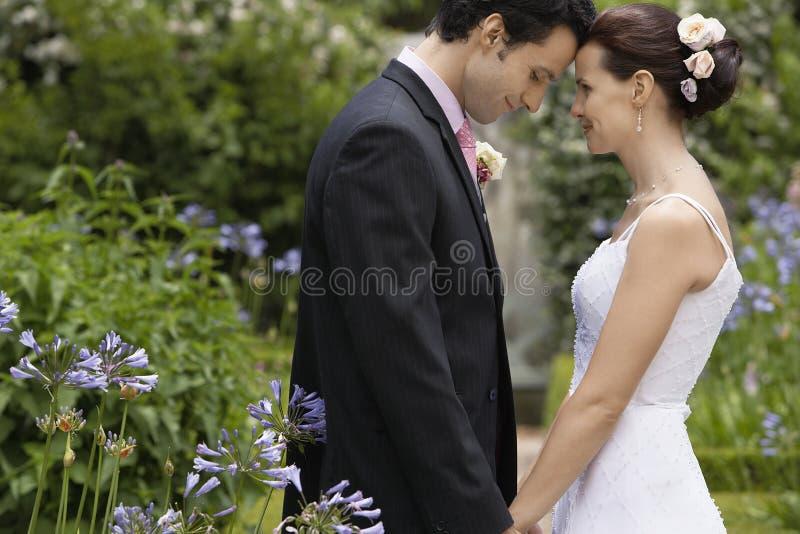 Pares do recém-casado no jardim imagem de stock royalty free