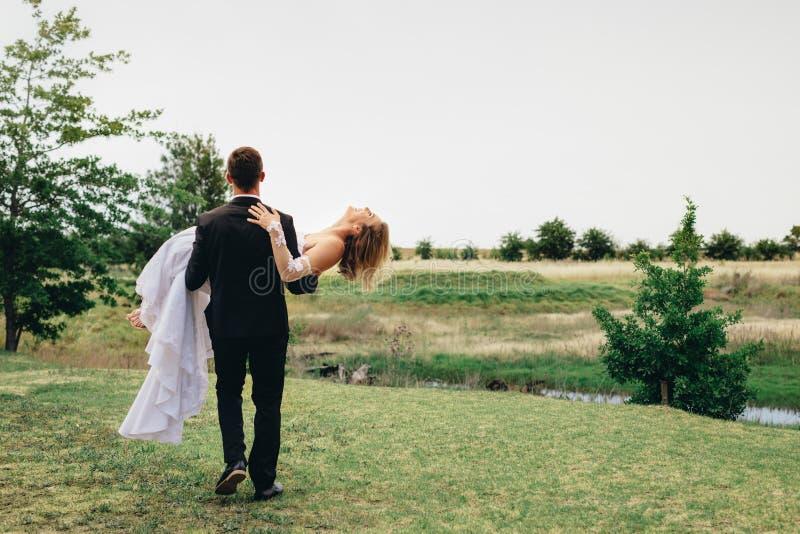 Pares do recém-casado no parque fotos de stock royalty free