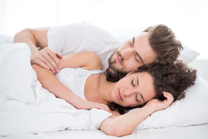 Pares do sono na cama fotos de stock royalty free
