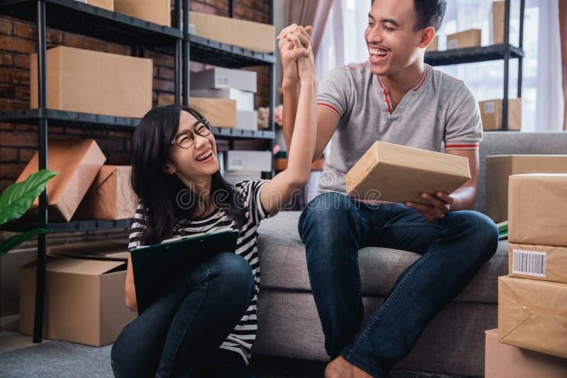 Pares do sucesso que trabalham junto em casa imagens de stock royalty free