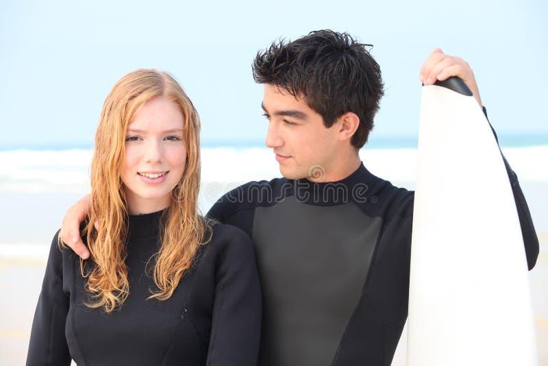 Pares do surfista fotografia de stock