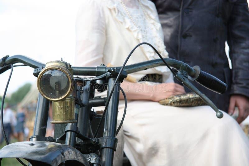 Pares do vintage na motocicleta imagem de stock