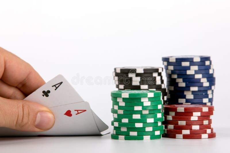 Pares dos ás do pôquer, microplaqueta do casino foto de stock