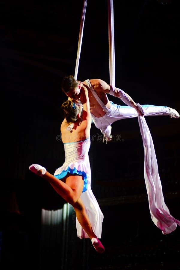 Pares dos artistas do circo, acrobatas, desempenho ginástico aéreo imagem de stock