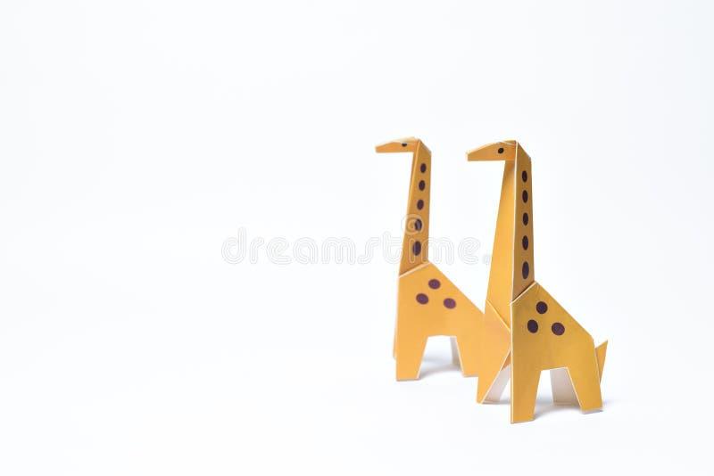 Pares dos girafas do origâmi no fundo branco imagem de stock