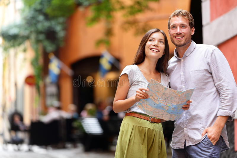 Pares dos turistas de Éstocolmo com o mapa em Gamla Stan imagens de stock