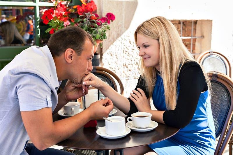 Pares dulces en la terraza del café foto de archivo