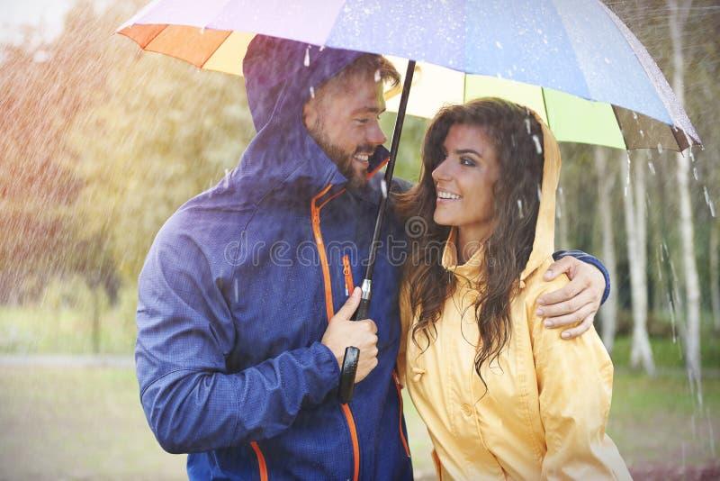Pares durante día lluvioso imagen de archivo