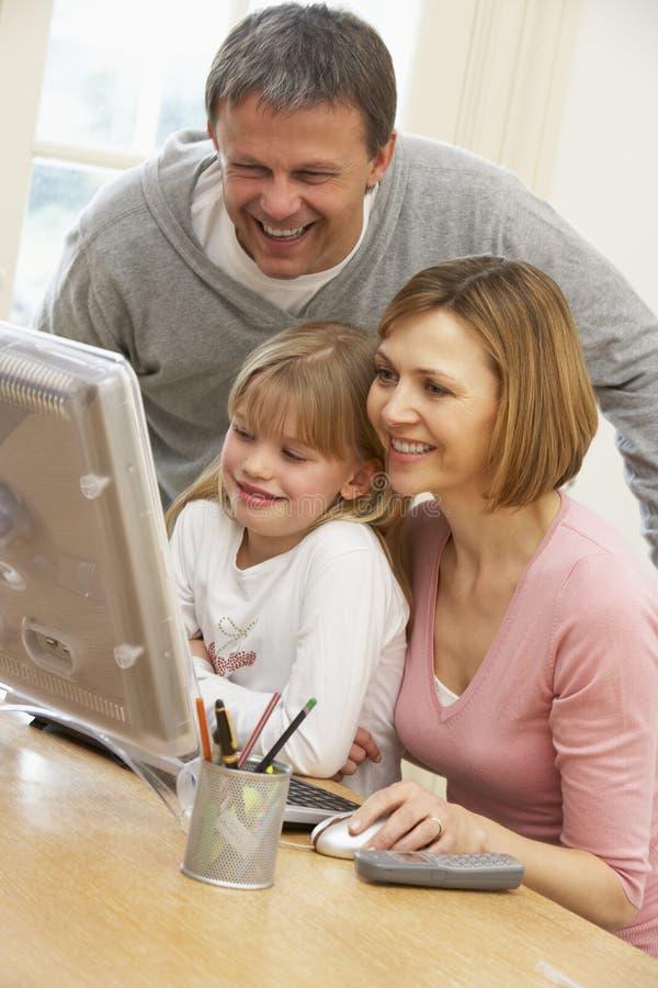 Pares e hija que usa el ordenador