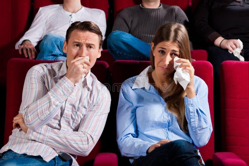 Pares e outros povos no cinema fotos de stock royalty free