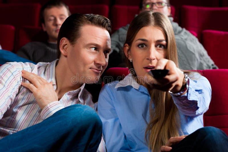 Pares e outros povos no cinema fotos de stock