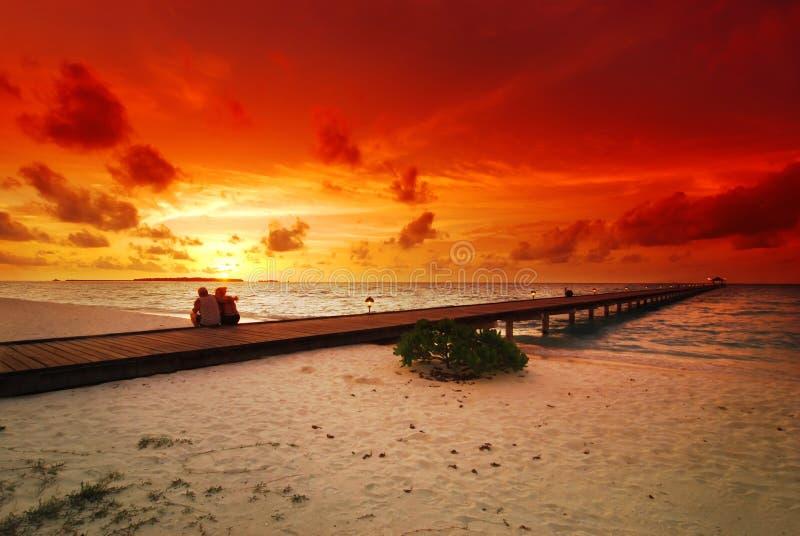 Pares e por do sol românticos fotografia de stock