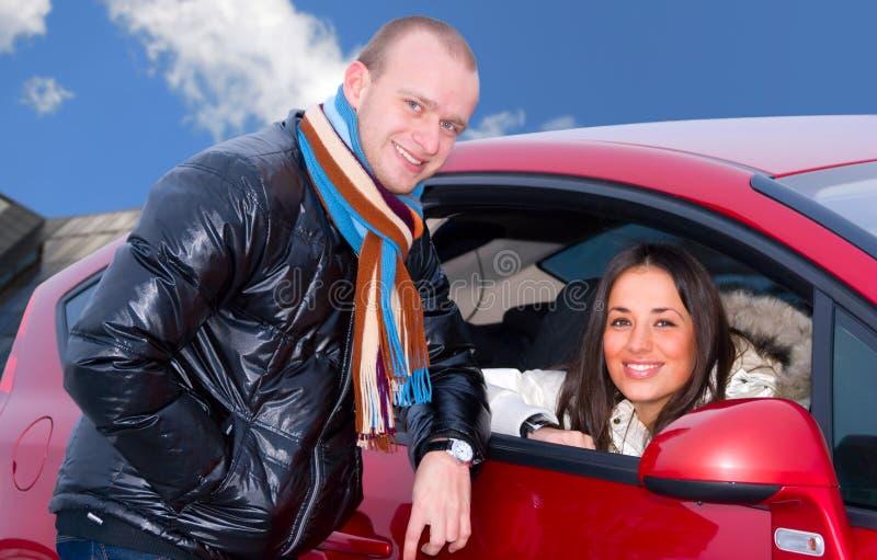 Pares e um carro imagens de stock royalty free