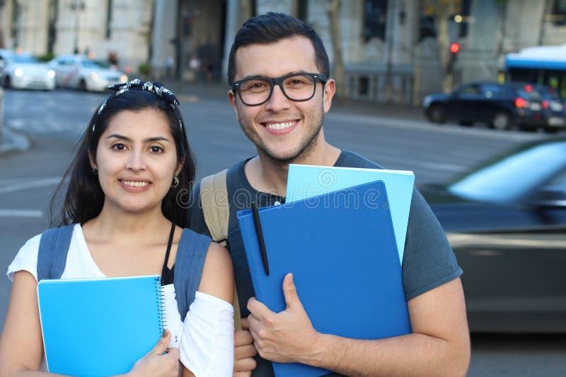 Pares ectáticos de estudantes internacionais étnicos no exterior fotos de stock royalty free