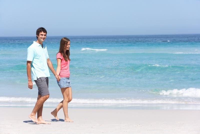 Pares el el día de fiesta que recorre a lo largo de la playa de Sandy fotos de archivo