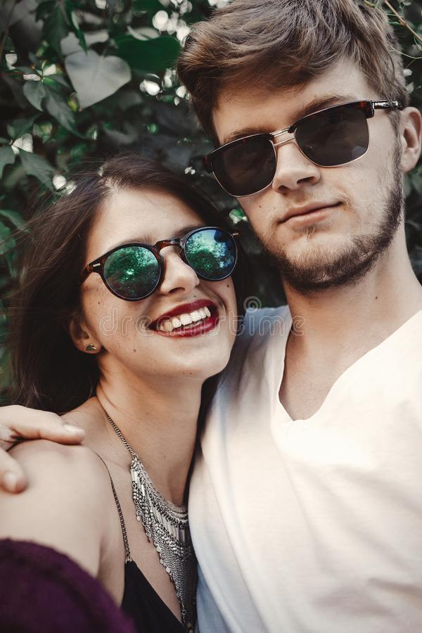Pares elegantes del inconformista en las gafas de sol que sonríen y que hacen el selfie fresco Pares felices de la familia en el  fotografía de archivo libre de regalías