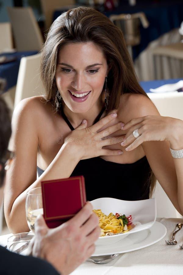 Pares elegantes en el restaurante fotos de archivo