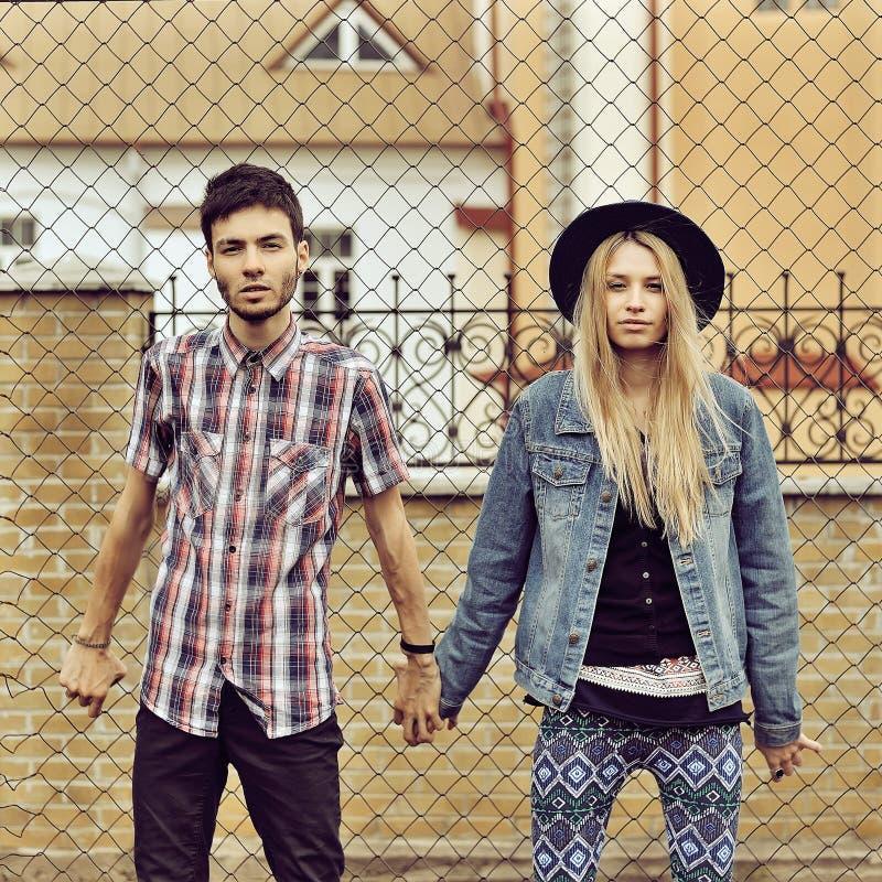 Pares elegantes modernos jovenes de los inconformistas al aire libre foto de archivo
