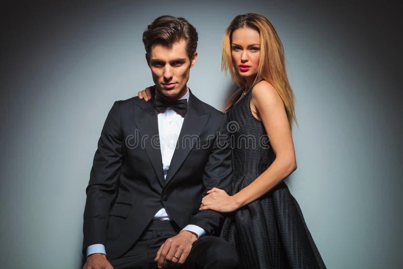 Pares elegantes no levantamento preto abraçado foto de stock royalty free